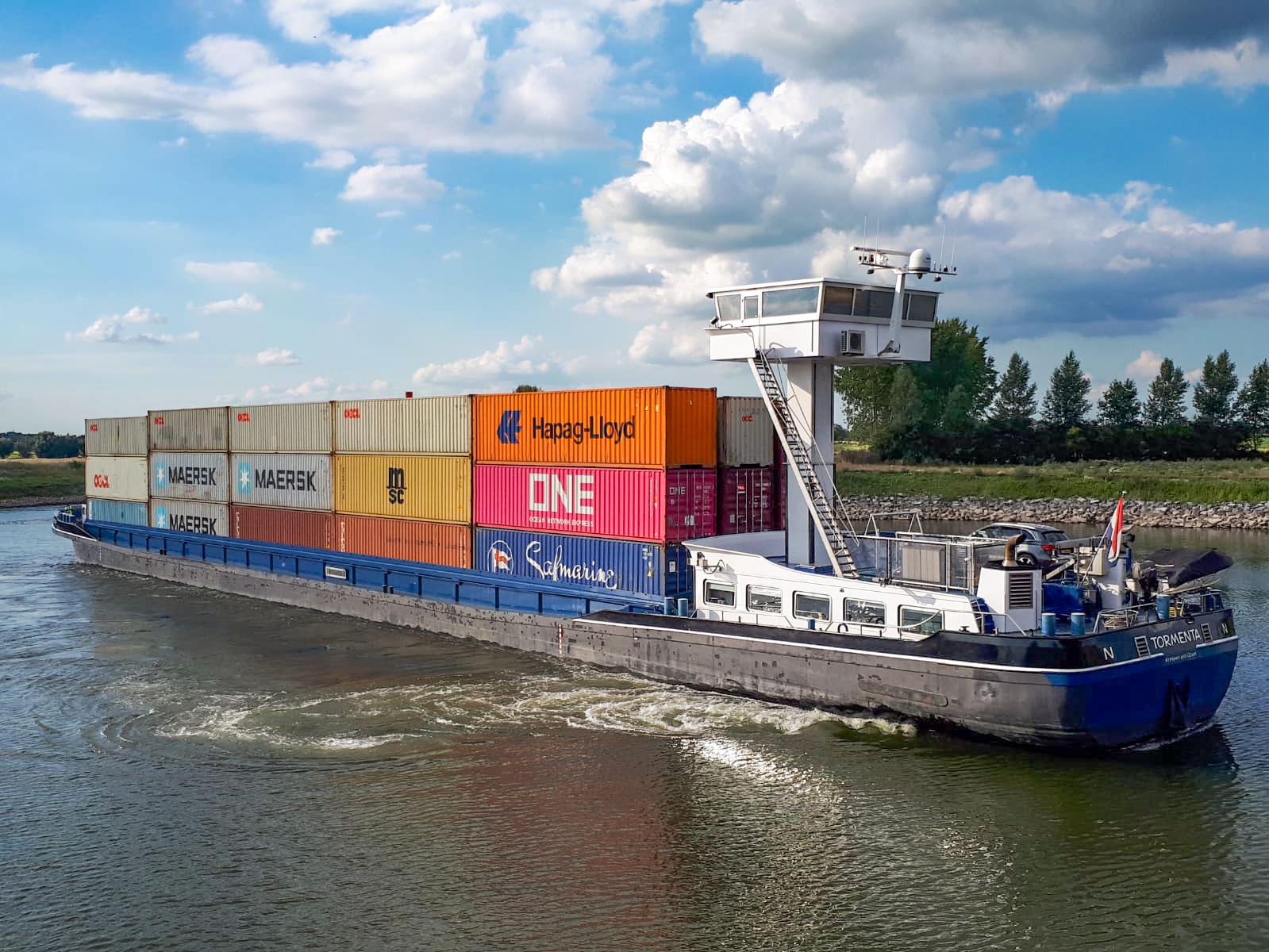 Primeur: barge met containers 4 hoog